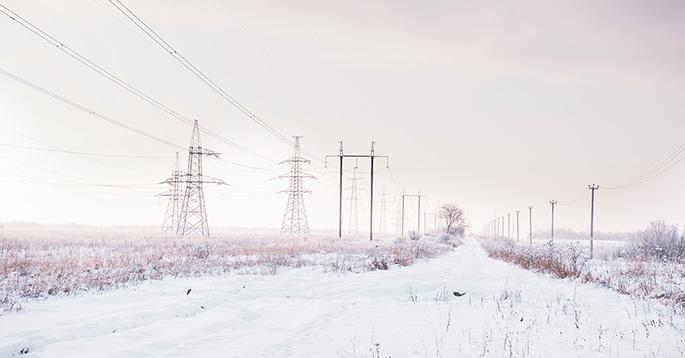 Strømlinjer over en snøfylt åker