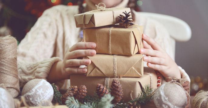 Innpakkede julegaver på et bord