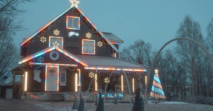 Hus pyntet med julelys