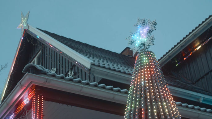 Hus med masse julelys på