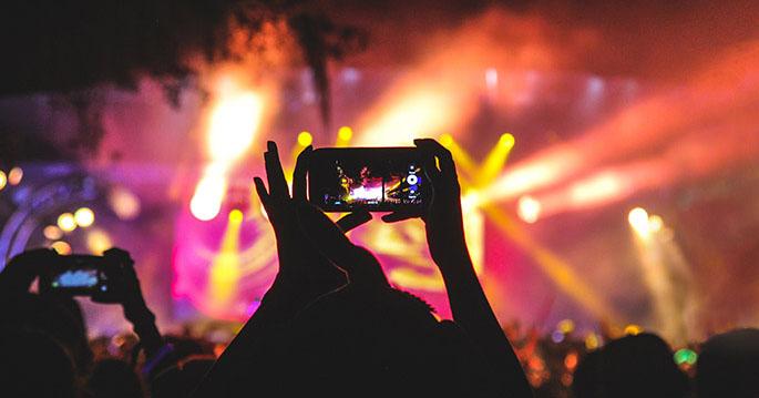 Slik får du mest ut av mobilbatteriet i ferie- og festivalsesongen
